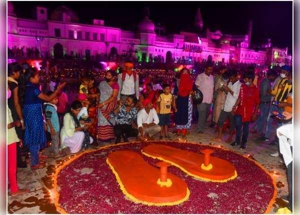 अयोध्या में भूमि पूजन की खुशी, राम की पैड़ी पर उमड़ा जन सैलाब