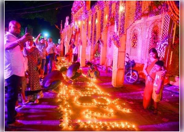 अयोध्या: हनुमान मंदिर के पास लोगों ने जलाए दीपक