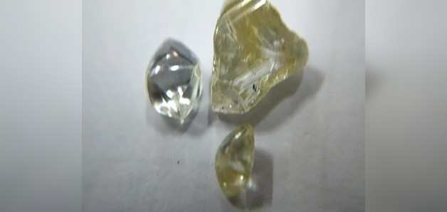 एक झटके में लखपति बन गया मजदूर, खदान में अचनाक मिले 3 हीरे