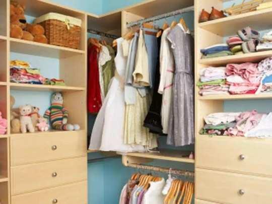 पावसाळ्यात कपाटातील कपड्यांना वास येतो? समस्या दूर करण्यासाठी ७ सोपे उपाय
