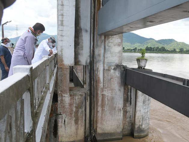 Bihar Flood: वाल्मीकि नगर गंडक बराज की दरकती ईंटों पर जब नीतीश ने पूछे सवाल