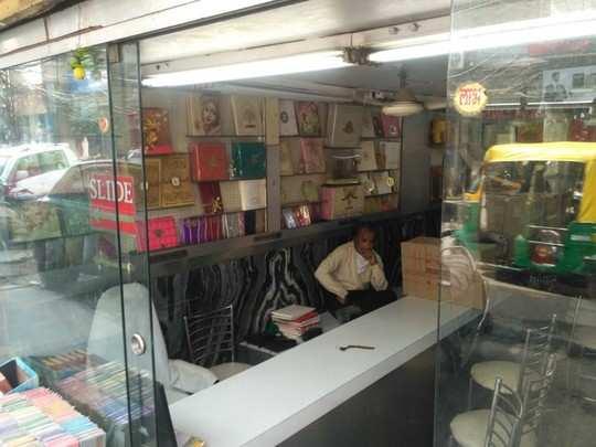 दिल्ली के कई इलाकों में व्यापक पैमाने पर कार्ड बनाने का काम होता है।