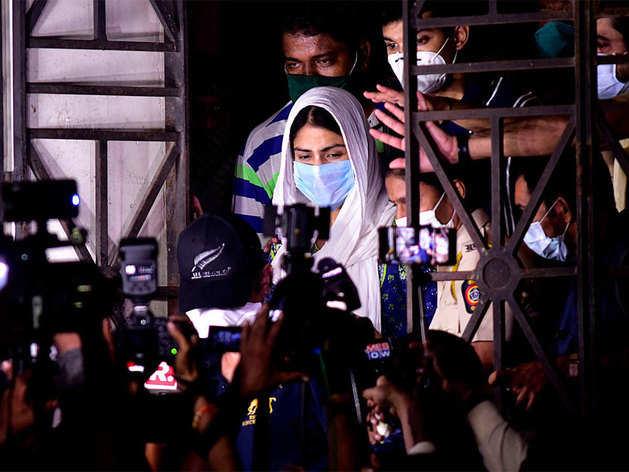शुक्रवार को ईडी ने रिया चक्रवर्ती से 8 घंटे तक पूछताछ की थी.