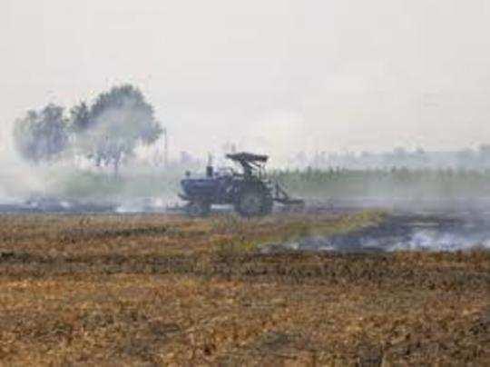 फसल अवशेष जलाने से प्रदूषण का स्तर बढ़ जाता है।