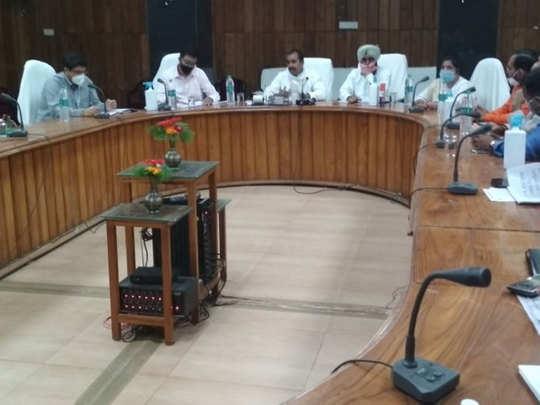 मंत्रियों संग बैठक में शामिल थे डीएम