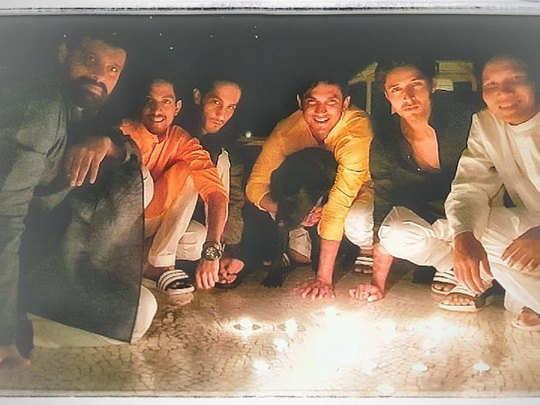 दोस्तो के साथ सुशांत की तस्वीर