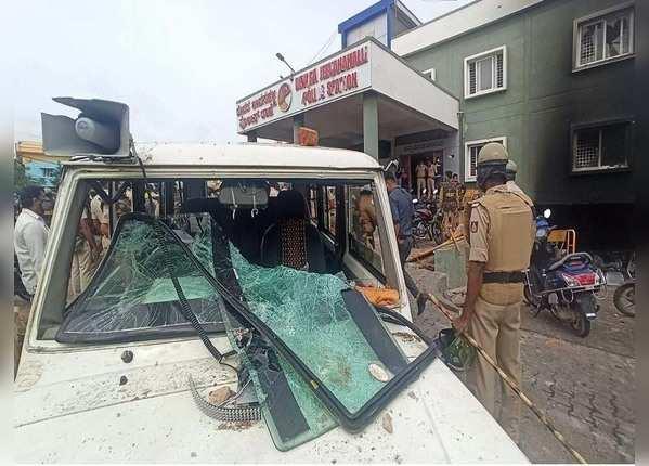 बेंगलुरु में तोड़फोड़, आगजनी