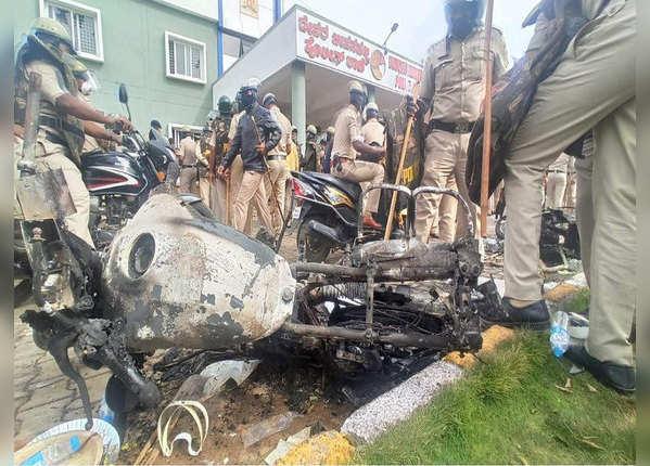 ACP सहित सैकड़ों पुलिसकर्मी जख्मी