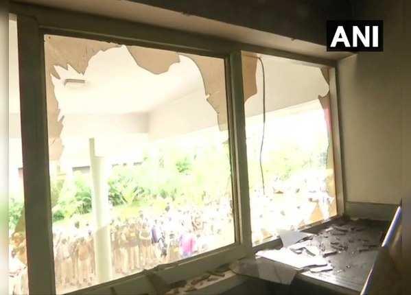बेंगलुरु के दो पुलिस थानों में भी तोड़फोड़-आगजनी
