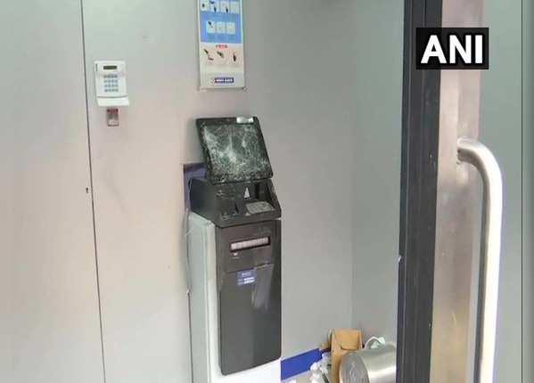 ATM मशीन को तोड़ा, लूटने की कोशिश