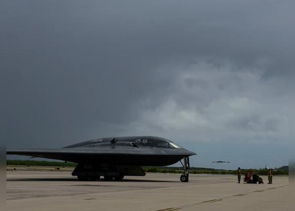 29 घंटे की यात्रा करके पहुंचे B-2  स्प्रिट स्टील्थ बॉम्बर