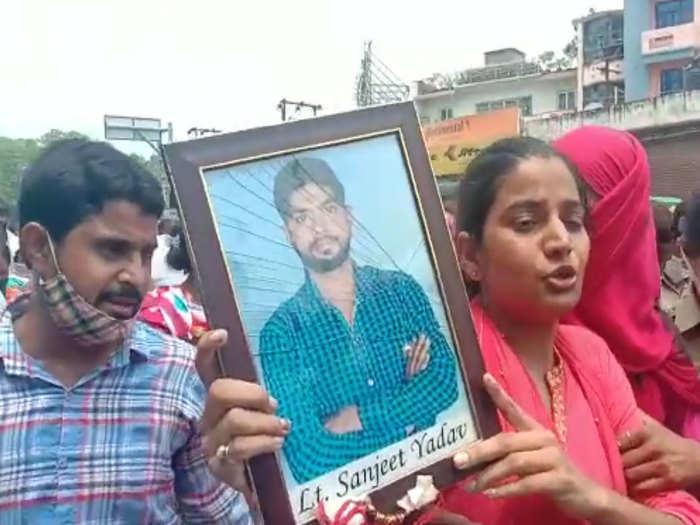 संजीत के परिवार को लखनऊ जाने से रोका