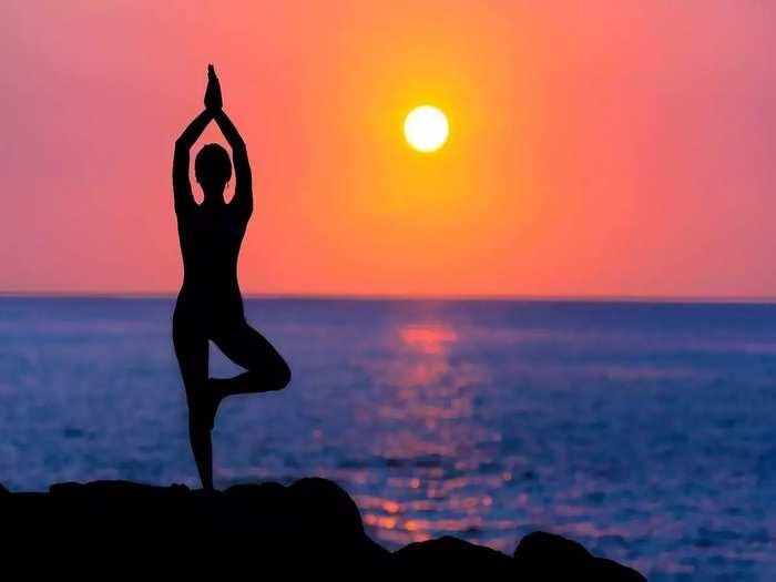 Yoga Benefits कंबरदुखीपासून हवाय आराम! करा या सोप्या आसनाचा सराव
