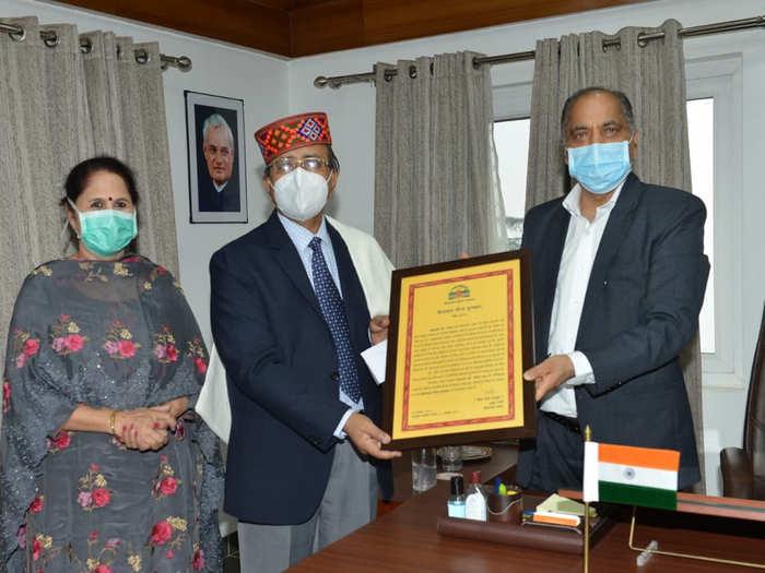 डॉ. जगत राम को सीएम जयराम ठाकुर ने किया सम्मानित