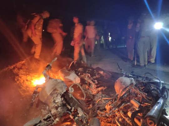 कई गाड़ियों में लगा दी गई आग
