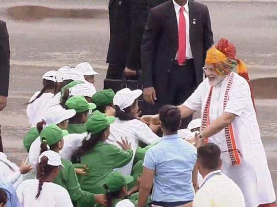 पिछले साल बच्चों से उत्साह के साथ मिले थे PM मोदी