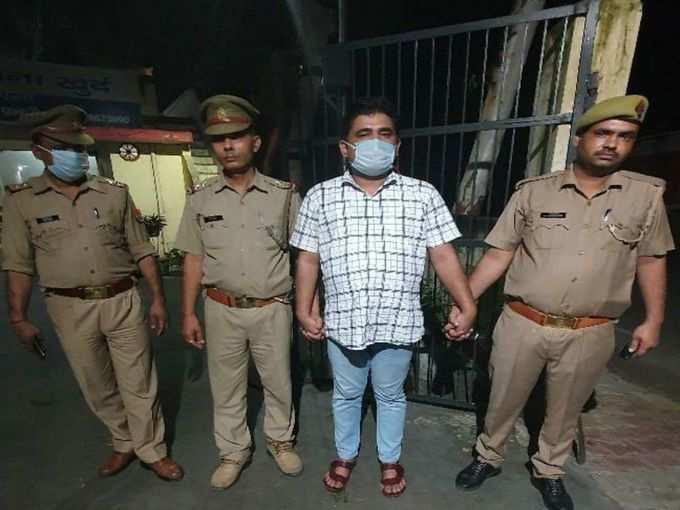 पुलिस गिरफ्त में आरोपी शाहजेब रिजवी