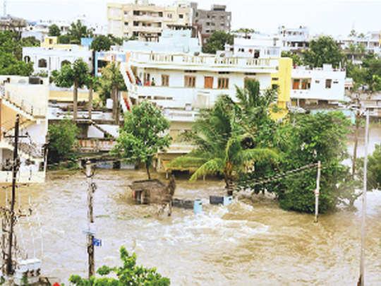 तेलंगाना के वारंगल में सड़कों पर भरा पानी