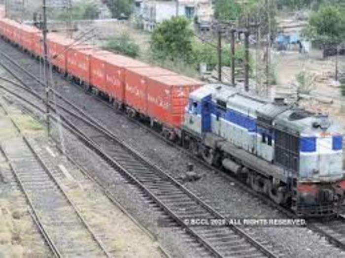 इनसे माल की ढुलाई तेज हो सकेगी और रेलवे नेटवर्क की क्षमता बढ़ सकेगी।