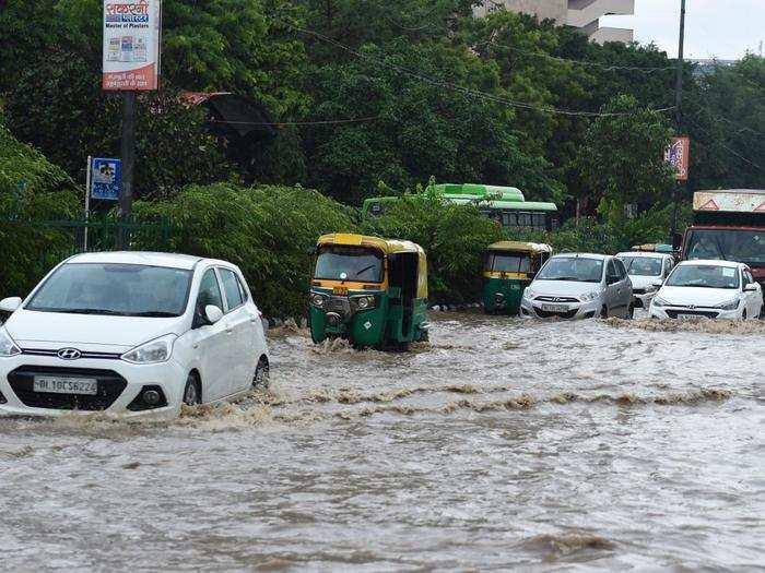राजधानी दिल्ली में जोरदार बारिश, यमुना नदी का जलस्तर खतरे के निशाने के करीब पहुंचा