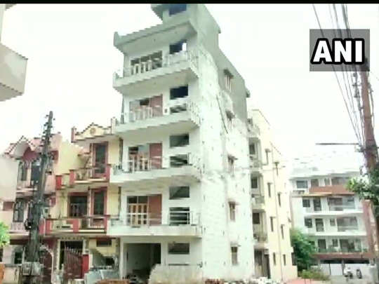 heavy rain in gurgaon a four-storey building bent on one side police vacated