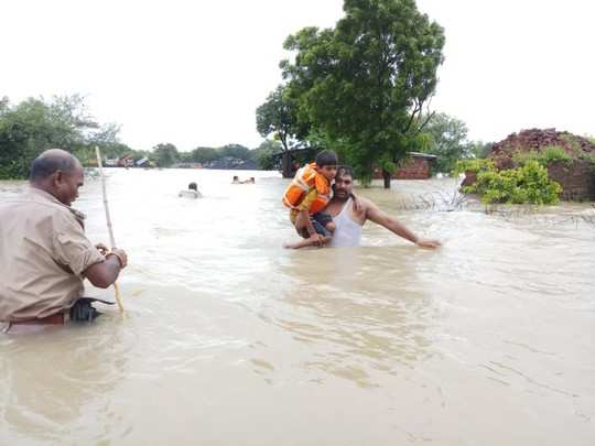 mp floods: police officer jumped in flood water in uniform to save child in rajgarh madhya pradesh