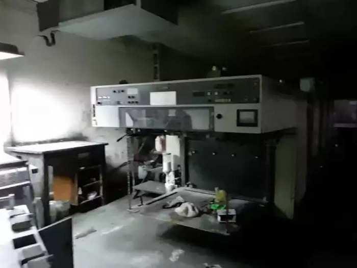 गोदाम में प्रिंटिंग मशीन