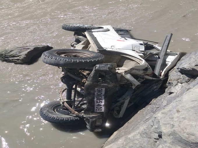 नदी में गिरी जीप