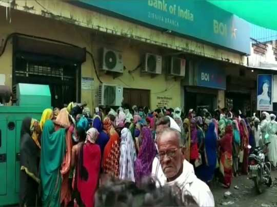 truth of digital india: line from bank to rupee starts from night 1 pm in madhya pradesh