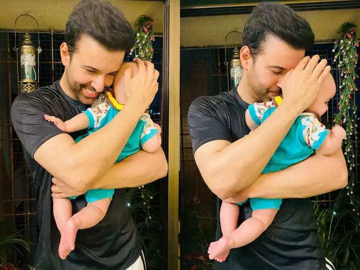 बेटी को गोद में उठाए आमिर अली