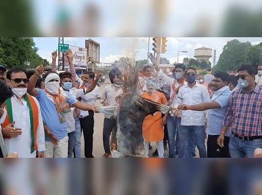 बिजली दरों को विरोध करने गए बीजेपी कार्यकर्ताओं ने सोशल डिस्टेसिंग की उड़ाई धज्जियां