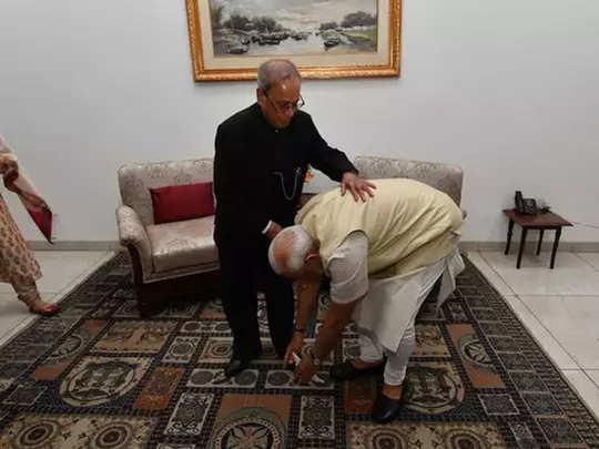 पंतप्रधान मोदी प्रणव मुखर्जींचे आशीर्वाद घेताना...