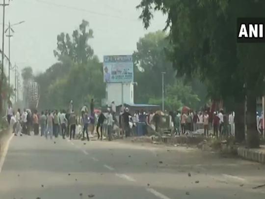 प्रदर्शन में उग्र भीड़ पर पुलिस ने किया लाठीचार्ज