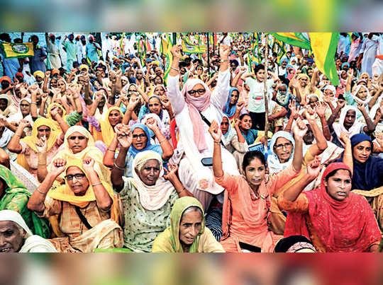 കാര്ഷിക ബില്ലില് പ്രതിഷേധിച്ച് പഞ്ചാബ്, ഹരിയാന എന്നിവിടങ്ങളിലെ കര്ഷകര് പ്രതിഷേധിക്കുന്നു
