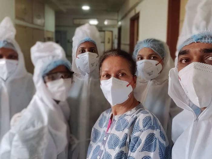 स्वास्थ्यकर्मियों के साथ हिमानी शिवपुरी