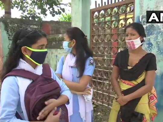 असम में खुले स्कूल