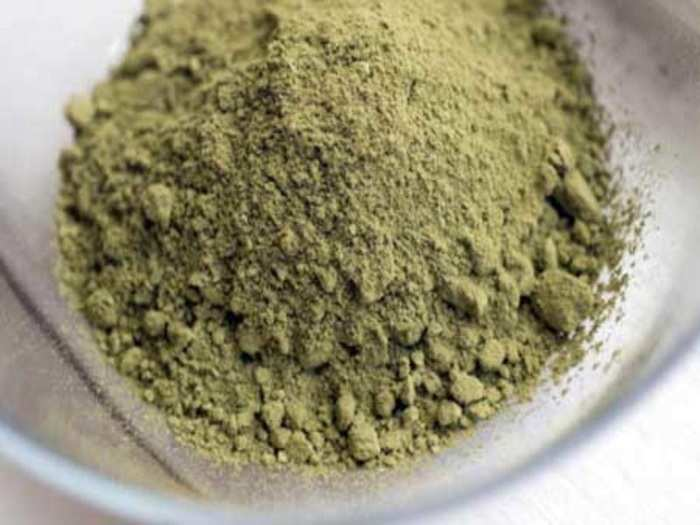 what natural ingredients should be mixed in henna powder to get the hair black color in marathi