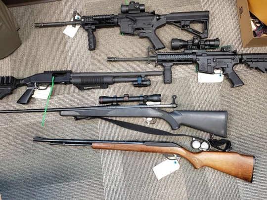 मेसन के घर से मिले हथियार