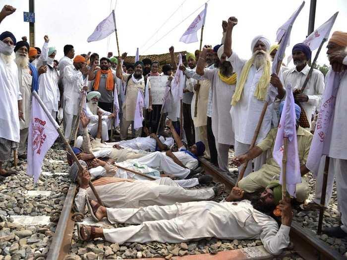 पंजाब में किसानों का रेल रोको प्रदर्शन