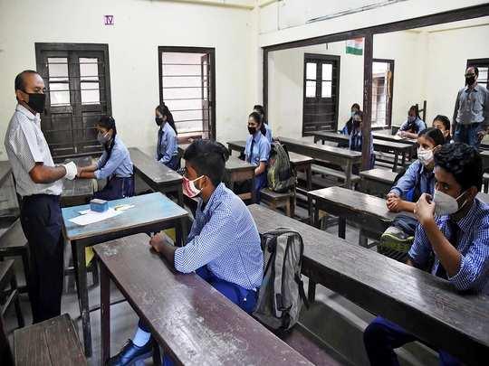 स्कूल तो खुले पर बच्चों की संख्या कम