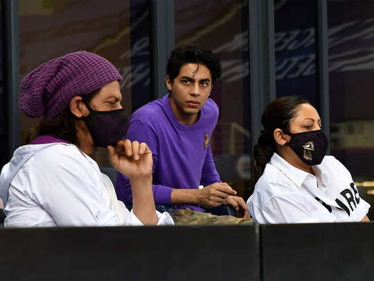 ipl 2020: fans crazy after spotting shah rukh khan in kkrvs rr match in dubai