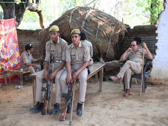 गांव में तैनात पुलिस