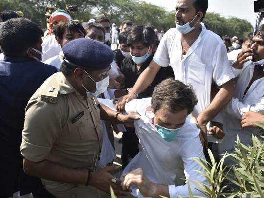 Hathras kand Hindi News : ये देखो ये देखो... पुलिस की धक्कामुक्की के बाद  सड़क पर गिरे राहुल गांधी, धरने पर बैठे