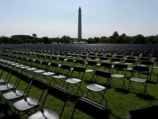 20000 empty chairs set up outside national mall near white house on covid 19 remembrance day in us