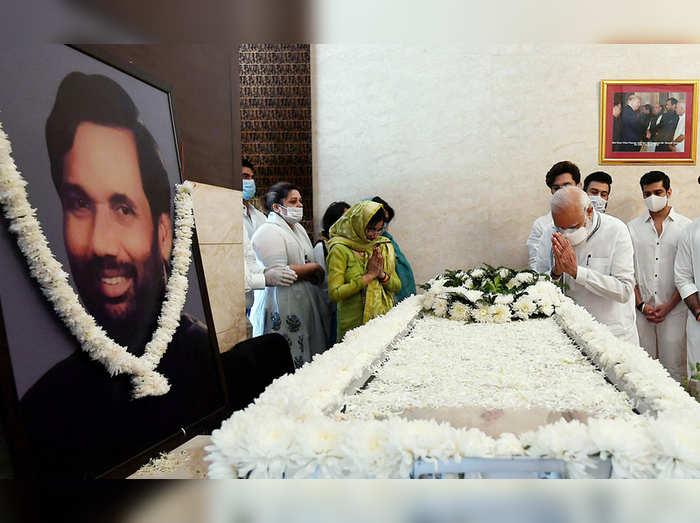 पंतप्रधान नरेंद्र मोदी यांनी शुक्रवारी पासवान यांच्या पार्थिवाचे अंत्यदर्शन घेऊन श्रद्धांजली वाहिली