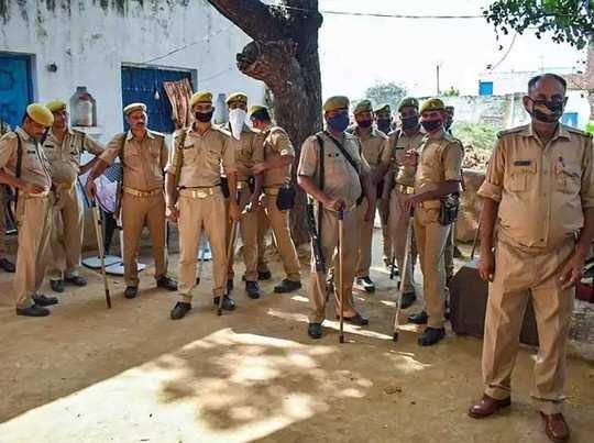 गांव में है पुलिस का पहरा