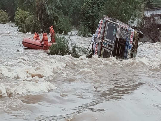 government declares holiday for two days online classes also suspend in telangana due to heavy rain in hyderabad