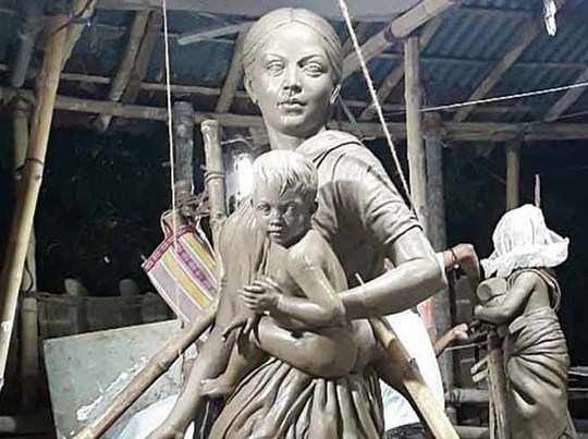 बेहाला दुर्गा पंडाल में प्रवासी मजदूरों की प्रतिमा