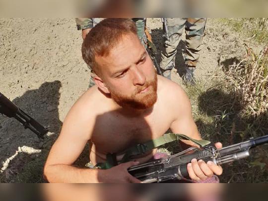 एका दहशतवाद्याची शरणागती कॅमेऱ्यात कैद