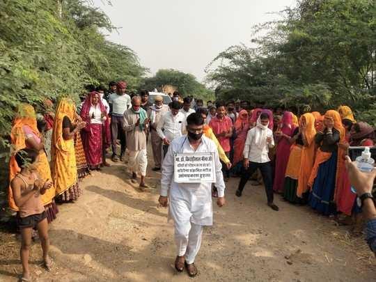Rajasthan: हैरानी ! गले में तख्ती टांग खुद नेताजी बता रहे हैं मैं हूं कोरोना पॉजिटिव, खूब घूम रहे हैं जनता के बीच 